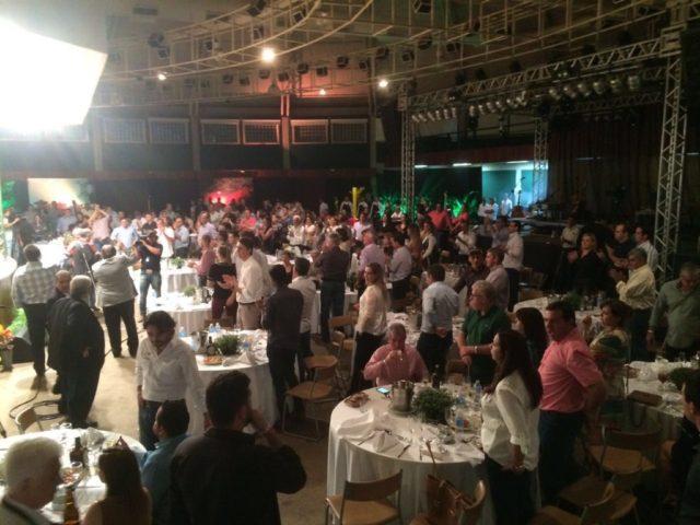 Convidados aplaudem de pé o encerramento do Leilão Elite Grama Senepol & Convidados