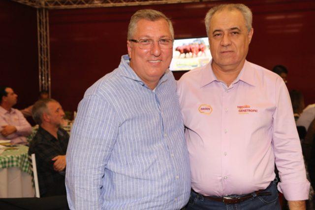 Jairo cumprimenta o criador e agora sócio Jorge Luiz Veduvoto, que arrematou metade do lote mais valorizado do leilão.