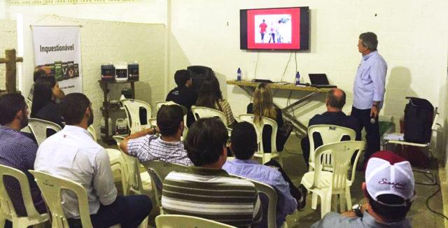 Jr Fernandes na sua palestra, em Itapemirim: Senepol vai dar o tom vermelho nas pastagens do Espírito Santo. (Fotos: Divulgação)