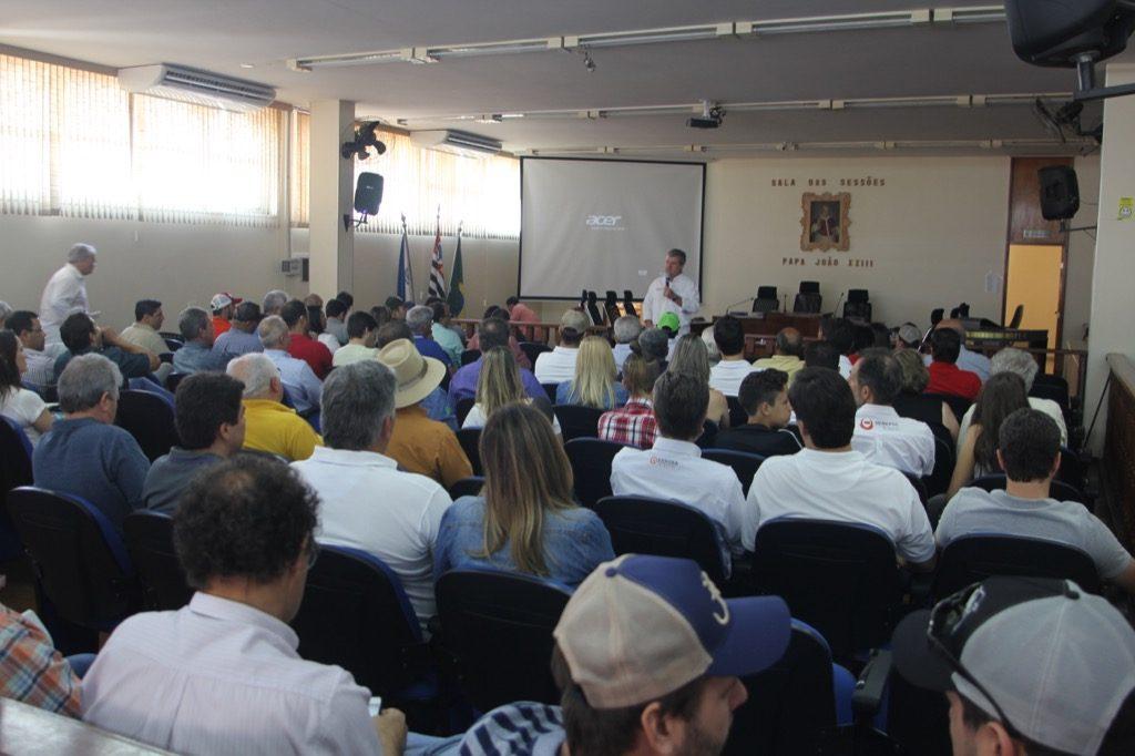 JR Fernandes, da Grama e da S+, em reunião na Câmara dos Vereadores de Pirajuí/SP: técnicos mostraram as premissas da prova antes do resultado.
