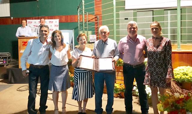 José Antonio Fernandes Netto, Dejanira Fernandes e família são homenageados pelo Presidente da ABCB Senepol, Pedro Crosara.