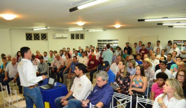 Presidente da ABCB-Senepol, Pedro Crosara, apresenta para 250 pessoas o PMGS em palestra no Sindicato Rural de Paranaíba.