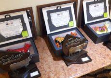 Troféus das três campeãs de cada grupo e a obra de arte Senepol Parade oferecida aos respectivos criadores.